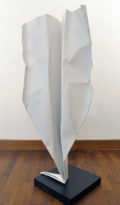 Paper plane, 2016, alluminio, spray acrilico e legno, 25 x 25 x 90 h cm, disponibilità su richiesta