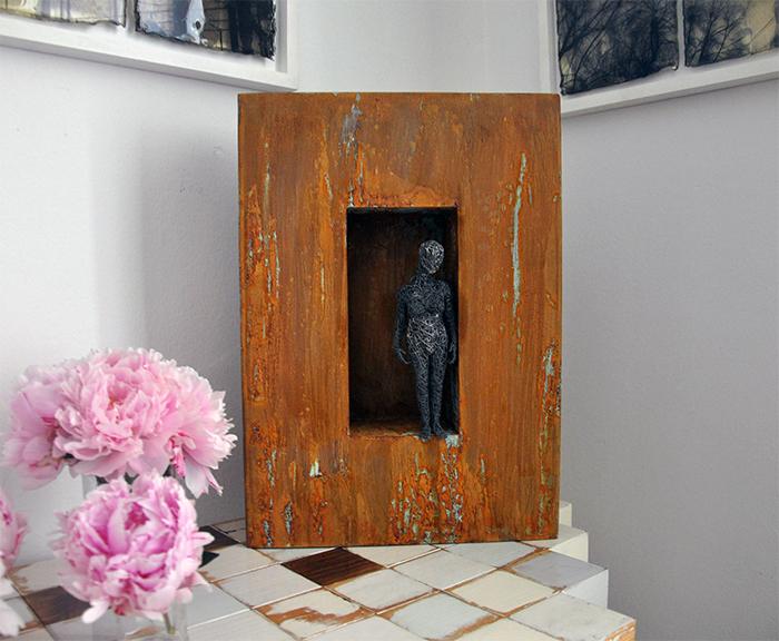 Waiting for something, 2019, filo di ferro zincato, ferro smaltato, 50 x 35 x 21,5 cm