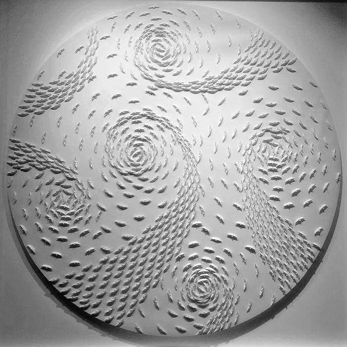 Vortice bianco, 2021, barche di carta su tela, ⌀ 120 cm