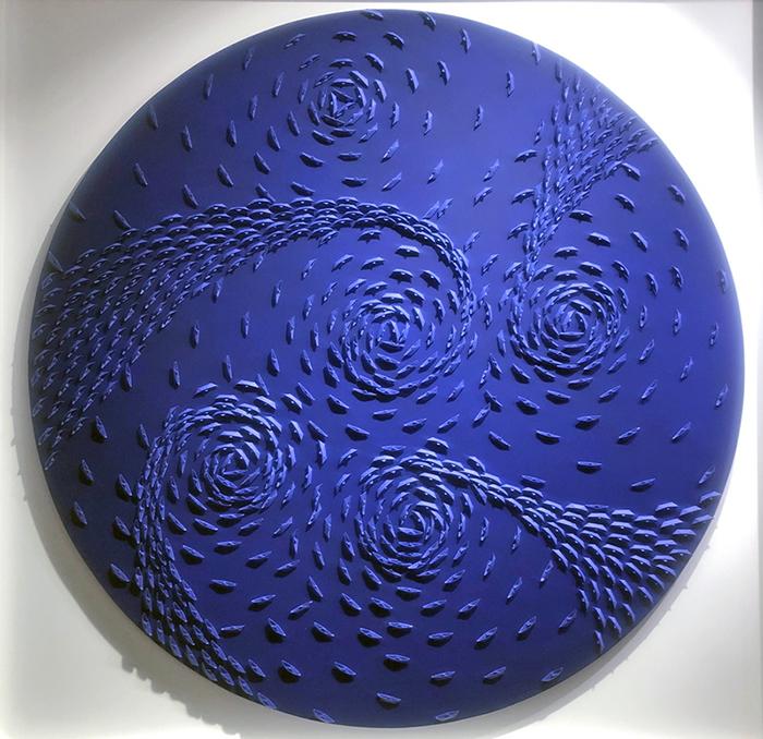 Vortice blu, 2021, barche di carta su tela, ⌀ 120 cm