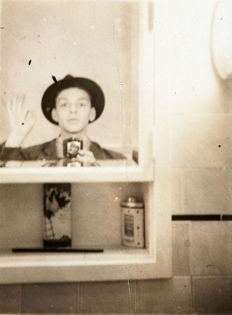 Selfie nell'armadietto dei medicinali, autoritratto fine anni '30, casa a Hoboken, New Jersey, 35 x 27 cm