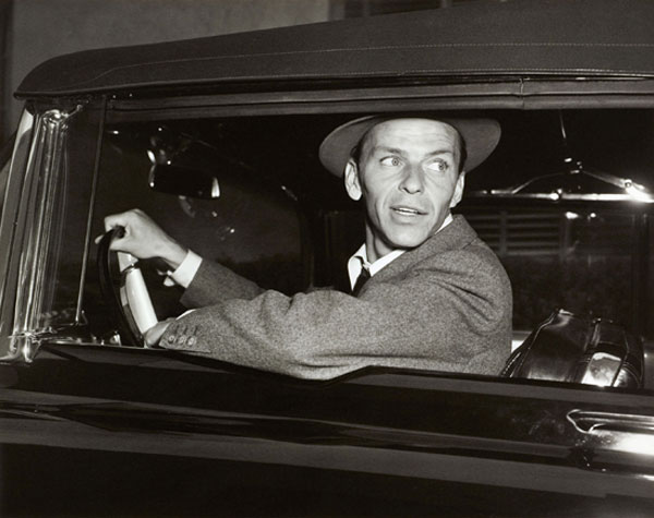 Guidando verso casa, 1950, Sinatra guida la sua Cadillac a Hollywood, California, 50 x 60 cm