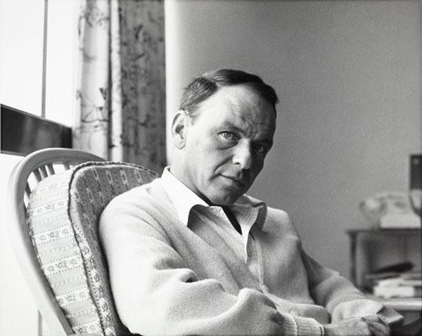 """In relax durante il tour, Sinatra nell'aprile 1962 in una tappa del suo """"30 Stop World Tour for Children"""", 50 x 60 cm"""